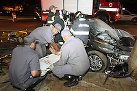 FOTO EMBARGADA PARA VEICULOS INTERNACIONAIS. SAO PAULO, SP, 02-02-2013, ACIDENTE RADIAL LESTE. Dois veiculos colidiram na Av. Alcantara Machado altura do numero 300, na madrugada desse Sabado (2). Apos a colisao um dos veiculos bateu contra um poste e comecou a pegar fogo. Foram tres feridos e uma pessoa ficou presa as ferragens.  FOTO: LUIZ GUARNIERI / BRAZIL PHOTO PRESS.