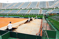 4-3-09,Argentina, Buenos Aires, Daviscup  Argentina-Netherlands, Rain, uncovering teh court