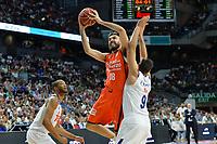 MADRID, ESPAÑA - 11 DE JUNIO DE 2017: Oriola ante Felipe Reyes durante el partido entre Real Madrid y Valencia Basket, correspondiente al segundo encuentro de playoff de la final de la Liga Endesa, disputado en el WiZink Center de Madrid. (Foto: Mateo Villalba-Agencia LOF)