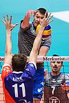 13.12.2017, Fraport Arena, Frankfurt<br />Volleyball, DVV-Pokal, Halbfinale, United Volleys RheinMain vs. VfB Friedrichshafen<br /><br />Block Tobias Krick (#11 RheinMain) - Angriff Jakob GŸnthšr / Guenthoer (#12 Friedrichshafen)<br /><br />  Foto &copy; nordphoto / Kurth
