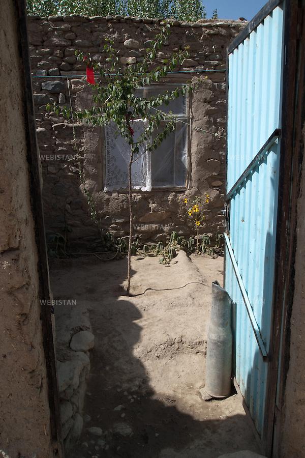AFGHANISTAN - VALLEE DU PANJSHIR - POSHGHOUR - 15 aout 2009 : entree d'une maison du village de Poshghour, la porte est bloquee par une douille d'obus datant de la guerre d'Afghanistan de 1979 - 1989.La photographie appartient a la serie &quot;Il etait une fois l'Empire russe&quot;.<br /> <br /> AFGHANISTAN - PANJSHIR VALLEY - POSHGHOUR - August 15th, 2009 : Entrance to a home in the village of Poshghour. The door is propped open with the casing from an explosive dating from the Afghanistan war of 1979-1989.The photograph is part of the series &quot;Once Upon a Time, the Russian Empire&quot;.