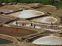 Iraq 2008 .Collecting salt in the viillage of Mamamlaha, near Chemchemal, in summer.Irak 2008.Les salinieres de Mamamlaha, pres de Chemchemal