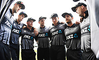 Kane Williamson talks to his team.<br />