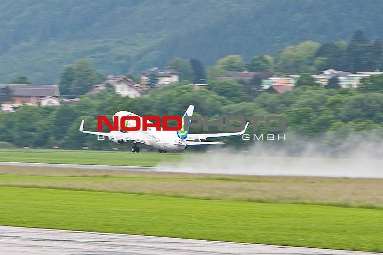 01.06.2010, Flughafen, Innsbruck, AUT, FIFA Worldcup Vorbereitung, Abreise Holland, im Bild die Boeing 737 - 700 der Fluggesellschaft Transavia startet p&uuml;nktlich um 10.30 Uhr am Flughafen Innsbruck (INN).  Foto: nph /  J. Groder *** Local Caption *** Fotos sind ohne vorherigen schriftliche Zustimmung ausschliesslich f&uuml;r redaktionelle Publikationszwecke zu verwenden.<br /> <br /> Auf Anfrage in hoeherer Qualitaet/Aufloesung