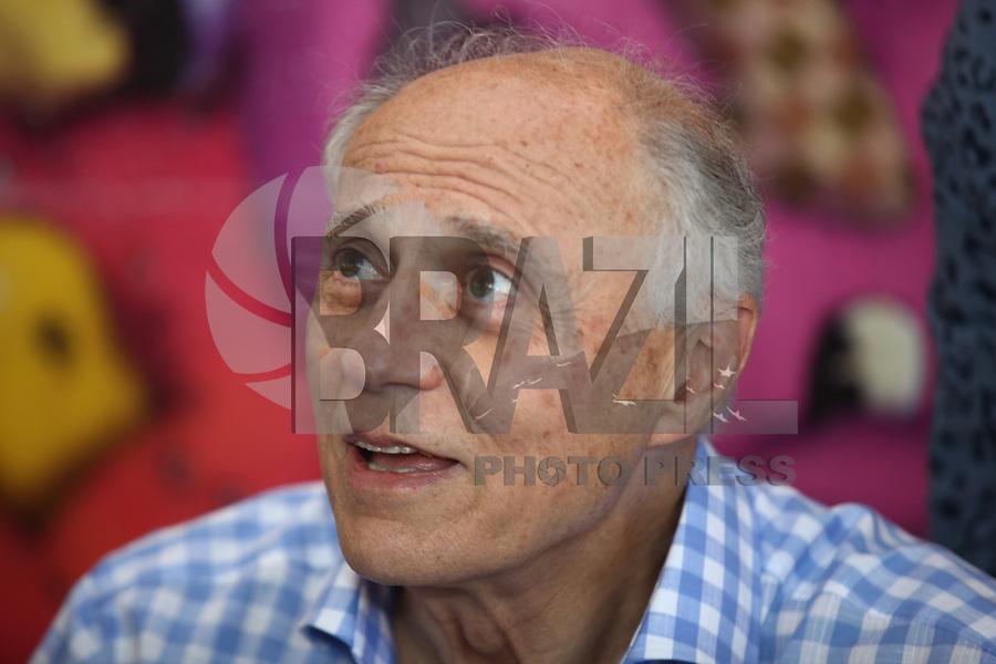 SAO PAULO,  04 DE AGOSTO DE 2012.   O senafor Eduardo Suplicy participa do lançamento do livro Cooperativa dos Vendedores Autônomos do Parque do Ibirapuera', de Mônica Dallari, no Museu de Arte Moderna de São Paulo, na manha deste sabado. FOTO: ADRIANA SPACA - BRAZIL PHOTO PRESS