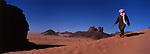 Au sud est de l'Algérie, le Tassili N'Ajjer est célèbre pour ses peintures et ses gravures rupestres.Des caravanes chamelières longent les montagnes de grès de l'oasis d'Ihérir à Djanet. Tassili N'Ajjer. Algérie.