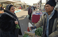Milano, mercato rionale al quartiere Bruzzano, periferia nord. Contrattazione sul prezzo della verdura --- Milan, local market at Bruzzano district, north periphery. Bargaining of vegetable cost