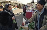 Milano, mercato rionale al quartiere Bruzzano, periferia nord. Contrattazione sul prezzo della verdura --- Milan, local market at Bruzzano district, north periphery. Bargaining of vegetable cost