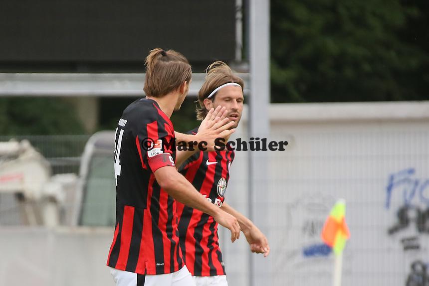 Alex Meier und Martin Lanig (Eintracht) feiern das 0:1