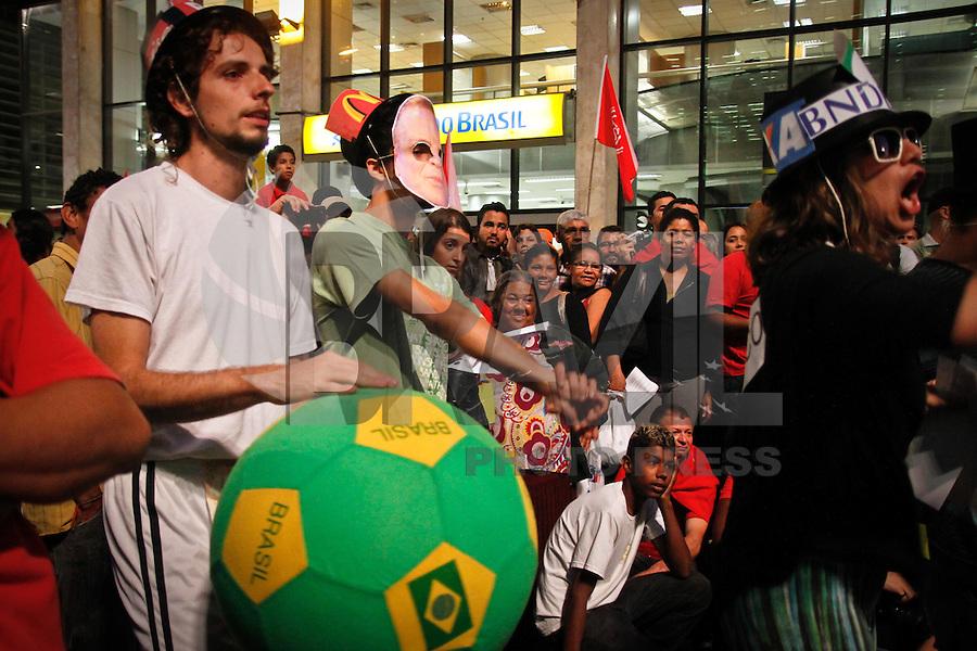 SAO PAULO, 14 DE JUNHO DE 2013 - PROTESTO COPA - Integrantes de diversos movimentos por moradia, educação e saúde realizaram uma partida de futebol em protestam contra a Copa do Mundo no Brasil, na tarde desta sexta feira, 14, no vão livre do Masp, Avenida Paulista, região central da capital.FOTO ALE VIANNA - BRAZIL PHOTO PRESS