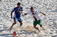 RAVENNA, ITALIA, 11 DE SETEMBRO DE 2011 - COPA DO MUNDO BEACH SOCCER - Alvarado (e) jogador de El Salvador, durante lance de partida contra a jogador Belchior (d) da seleção de Portugal em jogo valido pela disputa do terceiro lugar, da Copa do Mundo de Beach Soccer, no Stadium Del Mare em Ravenna na Italia, neste domingo (11). FOTO: VANESSA CARVALHO - NEWS FREE.