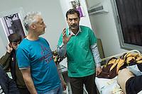 Sehid Xebat Hospital unter YPG-Verwaltung in Qamishli, Rojava/Syrien.<br /> Im Bild: Ein Arzt zeigt einer Recherche-Gruppe der Medizinischen Hilfsorganisation PHNX aus Deutschland Verletzte.<br /> 14.12.2014, Qamishli/Rojava/Syrien<br /> Copyright: Christian-Ditsch.de<br /> [Inhaltsveraendernde Manipulation des Fotos nur nach ausdruecklicher Genehmigung des Fotografen. Vereinbarungen ueber Abtretung von Persoenlichkeitsrechten/Model Release der abgebildeten Person/Personen liegen nicht vor. NO MODEL RELEASE! Nur fuer Redaktionelle Zwecke. Don't publish without copyright Christian-Ditsch.de, Veroeffentlichung nur mit Fotografennennung, sowie gegen Honorar, MwSt. und Beleg. Konto: I N G - D i B a, IBAN DE58500105175400192269, BIC INGDDEFFXXX, Kontakt: post@christian-ditsch.de<br /> Bei der Bearbeitung der Dateiinformationen darf die Urheberkennzeichnung in den EXIF- und  IPTC-Daten nicht entfernt werden, diese sind in digitalen Medien nach §95c UrhG rechtlich geschuetzt. Der Urhebervermerk wird gemaess §13 UrhG verlangt.]