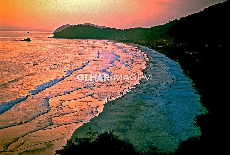 Pôr-do-sol na praia Juqueí no litoral de São Paulo. 1991. Foto de Juca Martins.
