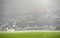 FUSSBALL  EUROPAMEISTERSCHAFT 2012   VORRUNDE Ukraine - Frankreich               15.06.2012 Aufgrund von starken Regen und Gewitter unterbricht der Schiedsrichter Bjoern Kuipers das Spiel