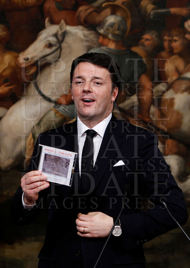 Il Presidente del Consiglio Matteo Renzi mostra il CD regalatogli dal Primo Ministro della Grecia, a Palazzo Chigi, Roma, 3 febbraio 2015.<br /> Italian Premier Matteo Renzi shows the CD received by Greek Prime Minister at Chigi Palace, Rome, 3 February 2015.<br /> UPDATE IMAGES PRESS/Isabella Bonotto