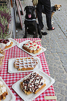 Belgique, Flandre-Occidentale, Bruges (Brugge), Gaufres flamandes à l'étal d'une boutique de la vieille ville // Belgium, West Flanders, Bruges (Brugge),  Waffles on the stall of a shop in the old town