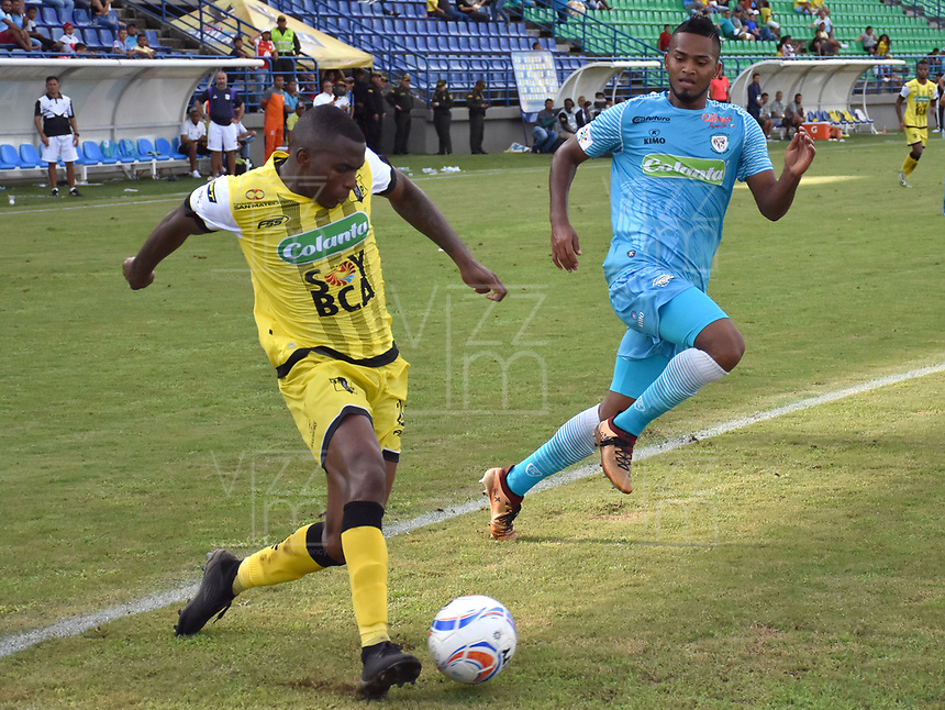 MONTERIA - COLOMBIA, 08-09-2018:  Leonardo Escorcia (Der) jugador de Jaguares FC disputa el balón con Maicol Balanta (Izq) jugador de Alianza Petrolera durante partido por la fecha 9 de la Liga Águila II 2018 jugado en el estadio Municipal de Montería. / Leonardo Escorcia (R) player of Jaguares FC vies for the ball with Maicol Balanta (L) player of Alianza Petrolera during a match for the date 9 of the Liga Aguila II 2018 at the Municipal de Monteria Stadium in Monteria city. Photo: VizzorImage / Andres Felipe Lopez / Cont