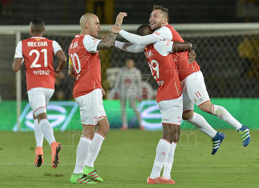BOGOTÁ -COLOMBIA, 04-06-2016. Dairon Mosquera (C) jugador de Santa Fe celebra con Omar Perez y Jonathan Gomez después de anotar gol al Cortulúa durante partido de vuelta entre Independiente Santa Fe y Cortulúa por los cuadrangulares finales de la Liga Aguila I 2016 jugado en el estadio Nemesio Camacho El Campin de la ciudad de Bogota.  / Dairon Mosquera (C) player of Santa Fe celebrates with Omar Perez and Jonathan Gomez after scoring a goal to Cortulua during second leg match between Independiente Santa Fe and Cortulua of the finals quadrangular of the Liga Aguila I 2016 played at the Nemesio Camacho El Campin Stadium in Bogota city. Photo: VizzorImage/ Gabriel Aponte / Staff