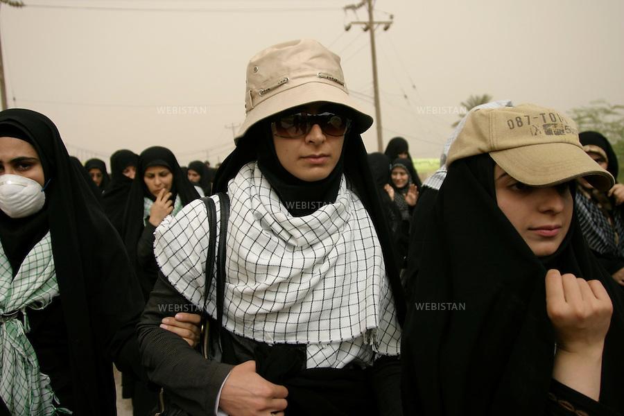 Iran. Khuzistan. Mars 2009. Arvand Kenar. La premi&egrave;re ligne de la guerre Iran-Irak. (Pendant laquelle il y a eu pres de 1 million de morts).<br /> Pr&egrave;s de la fronti&egrave;re irakienne. Chaque ann&eacute;e, lors des c&eacute;l&eacute;brations de la f&ecirc;te de Norouz, le nouvel an iranien, des milliers d'iraniens de tout le pays, appel&eacute;s &quot;Rahian-e Noor&quot; (la caravane de lumi&egrave;re en persan), aid&eacute;s par des organisations gouvernementales, se rassemblent sur les anciens champs de batailles pour comm&eacute;morer leurs proches tomb&eacute;s comme soldat ou bassidji. La prise en charge totale des frais de d&eacute;placement et logement par l'&eacute;tat, font de ce p&egrave;lerinage un &eacute;vement touristique pris&eacute; des familles les plus mod&egrave;stes. La guerre Iran-Iraq fut l'un des conflits arm&eacute;s les plus meutriers du dernier quart du vingti&egrave;me si&egrave;cle, faisant environs un million de victimes.<br /> Iran. Kurdistan. Mars 2009. Shalamcheh. Frontline zone of the Iran-Irak war (during which almost 1 million people died).<br /> Near the remains of Iran-Iraq War (1980-1988) frontline zone, close to the Iraqi border. Every year, during the celebration of Nowrooz, the Iranian new year, thousands of Iranians from all over the country, called &quot;Rahian-e Noor&quot; (Caravan of light in Persian), helped by state organizations, gather on former battle fields to commemorate their loved ones who died as soldiers or Basijis. All expenses of this pilgrimage being paid by the State, makes it a favored touristic destination for  families of humble background. The Iran-Iraq War was one of the deadliest armed conflicts of the last quarter of the twentieth century, leaving one million victims.