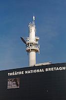 En arriere plan, l'emeteur de television FR3 Bretagne