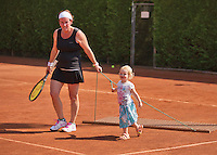 Netherlands, Amstelveen, August 22, 2015, Tennis,  National Veteran Championships, NVK, TV de Kegel,  Eva Haslinghuis sweeping the court with her daughter<br /> Photo: Tennisimages/Henk Koster