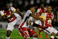 BUENOS AIRES - ARGENTINA - 02-12-2015: Ramon Abila (Cent.) jugador de Huracan de Argentina de disputa el balon con Leivin Balanta (Der.) jugador de Independiente Santa Fe de Colombia durante partido de ida por la Final, de la Copa Suramericana entre Huracan de Argentina y el Independiente Santa Fe de Colombia en el estadio Tomas A Duco, de la ciudad de Buenos Aires.  / Ramon Abila (C) player of Huracan of Argentina vies for the ball with Leivin Balanta (L) player of Independiente Santa Fe of Colombia during a match for the first leg for the final, between Huracan of Argentina and Independiente Santa Fe of Colombia for the Copa Suramericana in the Tomas A Duco stadium, in Buenos Aires city. Photo: Jorge Baravalle / Photogamma / VizzorImage.