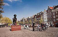 The statue of Multatuli over the Torensluis in Amsterdam (Holland, 17/04/2011)