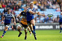 Jack Walker of Bath Rugby passes the ball. Heineken Champions Cup match, between Wasps and Bath Rugby on October 20, 2018 at the Ricoh Arena in Coventry, England. Photo by: Patrick Khachfe / Onside Images