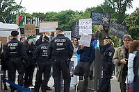 """Vor dem Landesparteitag der Berliner SPD demonstrierten Mitglieder der Gewerkschaft der Polizei (GdP) gegen ein Verbot von Pfefferspray. Sie fuehrten Szenen haeuslicher Gewalt vor, bei denen Pfefferspray eingesetzt wird.<br />Von Teilen der Berliner SPD-Jugendorganistation Jusos, gibt es Ueberlegungen, den Einsatz von Pfefferspray zu verbieten. In Berlin wird von der Polizei bei Demonstrationen z.T. in sehr großen Mengen eingesetzt, was bei Demonstranten haeufig zu schweren Verletzungen der Augen und Schleimhaeute gefuehrt hat. Auch kam nach massivem Einsatz von Pfefferspray bereits eine Person ums Leben, da sie nach Laehmung der Atemwege erstickt ist.<br />Die GdP erklaert der Einsatz dieses polizeilichen """"Einsatzmittels"""" sei ungefaehrlich und wuerde nur Reizungen verursachen, ausserdem wuerde bei den Betroffenen immer aerztliche Hilfe geleistet.<br />Am Rande der Vorfuehrung kam es zu satirischen Protesten gegen die GdP-Forderung.<br />25.5.2013, Berlin<br />Copyright: Christian-Ditsch.de<br />[Inhaltsveraendernde Manipulation des Fotos nur nach ausdruecklicher Genehmigung des Fotografen. Vereinbarungen ueber Abtretung von Persoenlichkeitsrechten/Model Release der abgebildeten Person/Personen liegen nicht vor. NO MODEL RELEASE! Don't publish without copyright Christian-Ditsch.de, Veroeffentlichung nur mit Fotografennennung, sowie gegen Honorar, MwSt. und Beleg. Konto:, I N G - D i B a, IBAN DE58500105175400192269, BIC INGDDEFFXXX, Kontakt: post@christian-ditsch.de<br />Urhebervermerk wird gemaess Paragraph 13 UHG verlangt.]"""