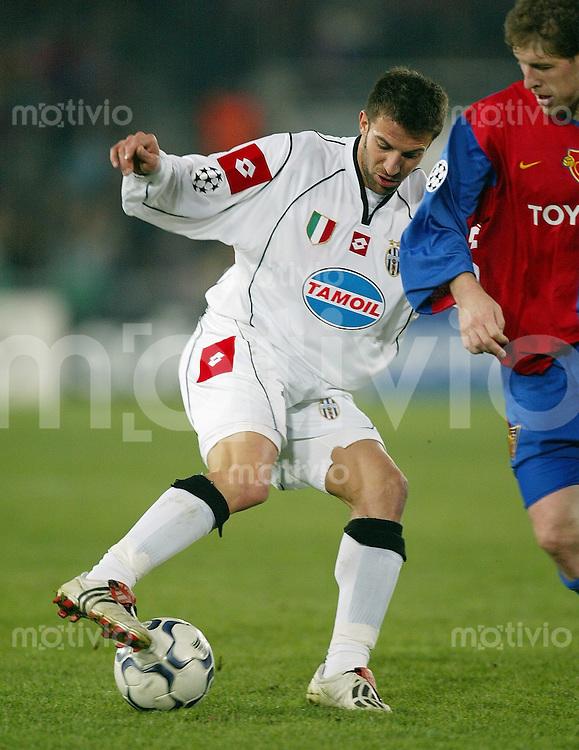 FUSSBALL Champions League 2002/2003 Zwischenrunde FC Basel 2-1 Juventus Turin Alessandro Del piero (JU,li) gegen Scott Chipperfield (FCB)