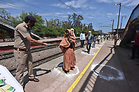 NEW DELHI, INDIA - APRIL 3: A Railway Police Force RPF offers food to a woman on day ten of the 21 day nationwide lockdown to curb the spread of coronavirus, at Mandawali railway on April 3, 2020 in New Delhi, India. <br /> Photo Imago/Panoramic/Insidefoto