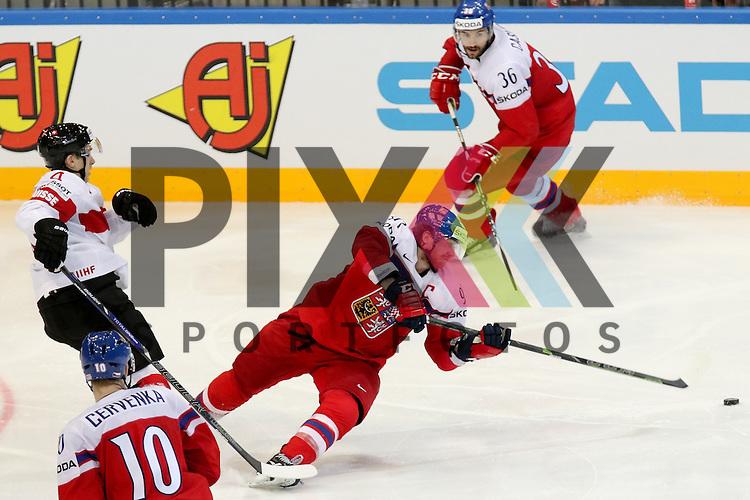 Schweizs Geering, Patrick (Nr.4) im Zweikampf mit Tschechiens Voracek, Jakub (Nr.93)(Philadelphia Flyers)  im Spiel IIHF WC15 Tschechien vs. Schweiz.<br /> <br /> Foto &copy; P-I-X.org *** Foto ist honorarpflichtig! *** Auf Anfrage in hoeherer Qualitaet/Aufloesung. Belegexemplar erbeten. Veroeffentlichung ausschliesslich fuer journalistisch-publizistische Zwecke. For editorial use only.