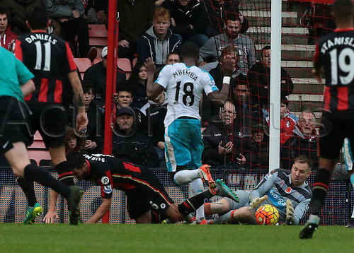 07.11.2015. Vitality Stadium, Bournemouth, England. Barclays Premier League. Newcastle Goalkeeper Rob Elliot gathers the ball off Andrew Surman of Bournemouth