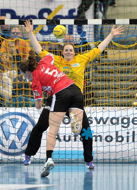 Handball 1. Bundesliga Frauen 2013/14 - Handballclub Leipzig (HCL) gegen Th&uuml;ringer HC (THC) am 30.10.2013 in Leipzig (Sachsen). <br /> IM BILD: Melanie Herrmann (HCL) beim Siebenmeter von Sonja Frey <br /> Foto: Christian Nitsche / aif / aif