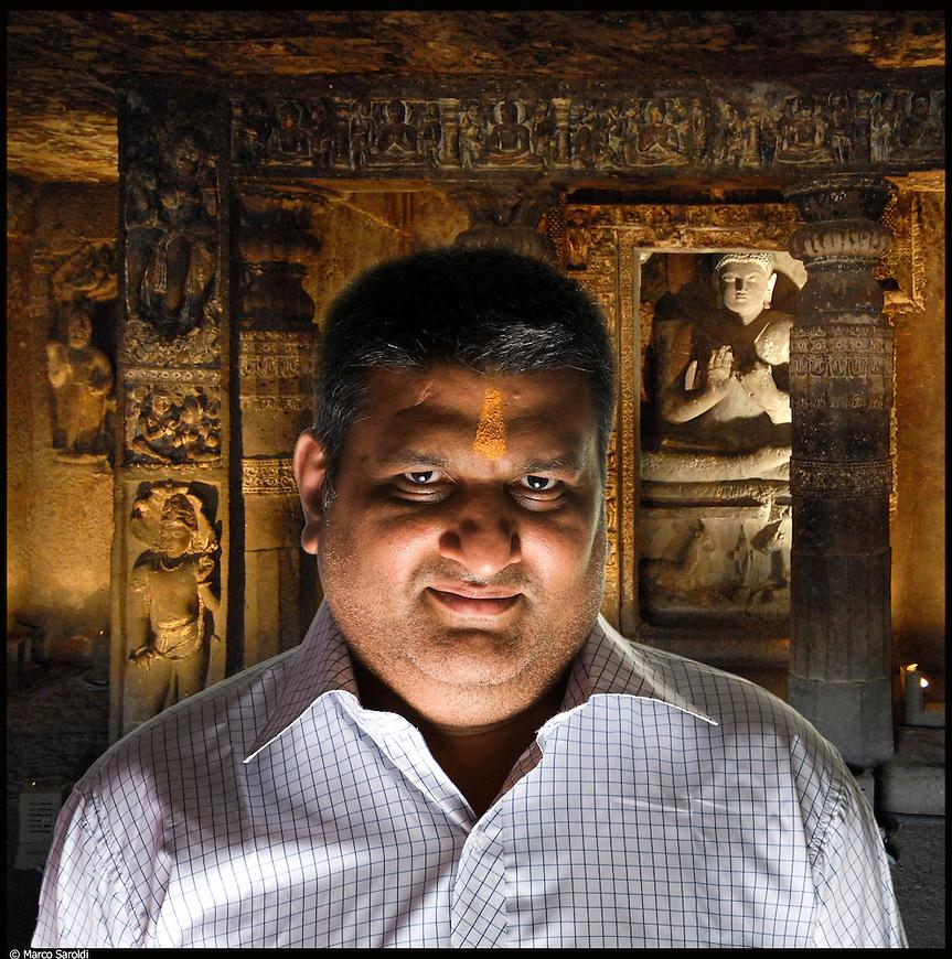 Rajesh, nato in India, vive in Italia dal 1969.<br /> Dalla serie di ritratti ispirati a I Versi Satanici di Salman Rushdie, in rappresentanza delle principali culture spirituali del pianeta.