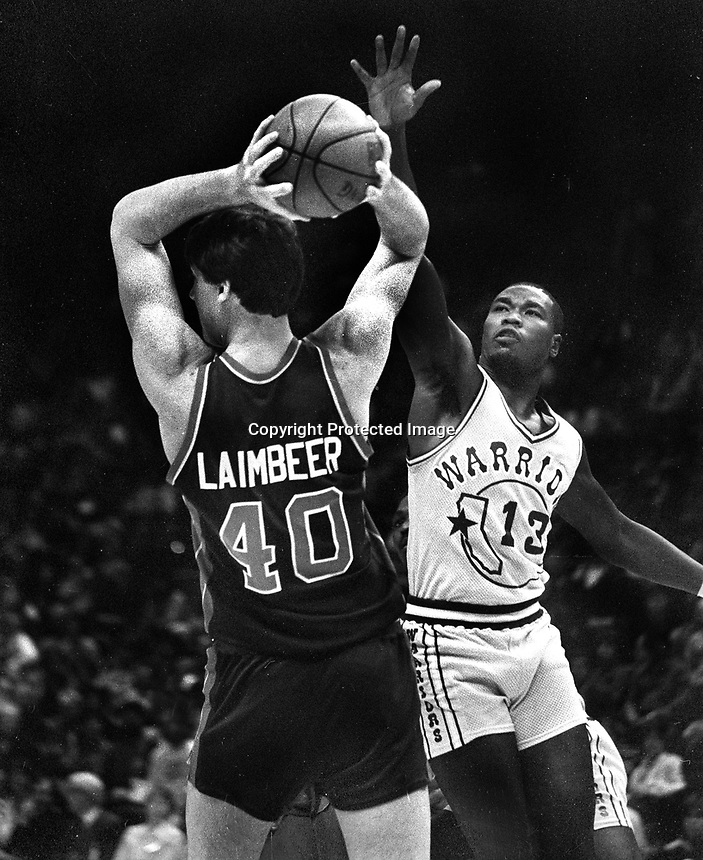 Warriors Larry Smith and Detroits Pistons Bill Laimbeer...(1983 Photo/Ron Riesterer)