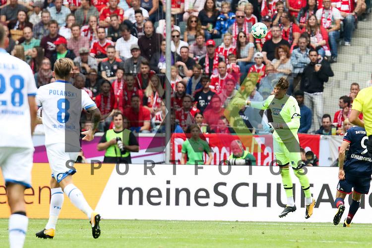 Kopfball des Keepers beim Telekom Cup 2017 Bayern Muenchen - TSG Hoffenheim.<br /> <br /> Foto &copy; PIX-Sportfotos *** Foto ist honorarpflichtig! *** Auf Anfrage in hoeherer Qualitaet/Aufloesung. Belegexemplar erbeten. Veroeffentlichung ausschliesslich fuer journalistisch-publizistische Zwecke. For editorial use only.