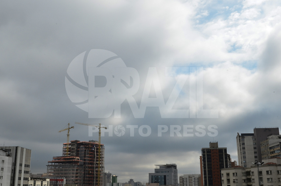 ATENCAO EDITOR IMAGEM EMBARGADA PARA VEICULOS INTERNACIONAIS - SAO PAULO, 06 DE FEVEREIRO DE 2013. - CLIMA TEMPO SP - Paulistano vive manha de tempo nublado e temperaturas amenas na manha desta quarta feira, 06, regiao central da capital. (FOTO: ALEXANDRE MOREIRA / BRAZIL PHOTO PRESS).