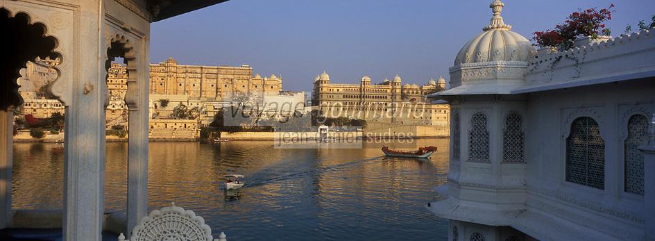 Asie/Inde/Rajashtan/Udaipur : Hôtel Taj Lake Palace sur le lac Pichola vu depuis le City Palace palais du roi d'Udaipur