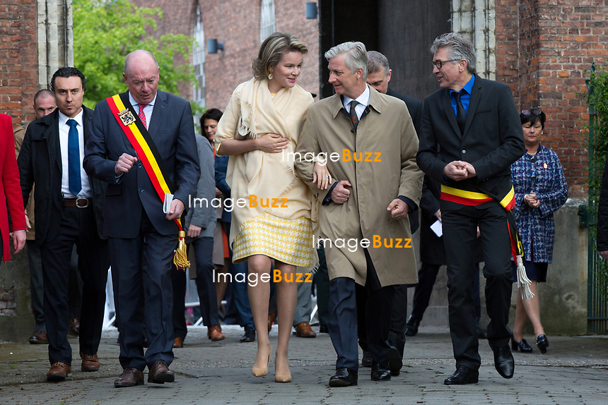 Le Roi Philippe de Belgique et la Reine Mathilde de Belgique visitent le ch&acirc;teau de Wissekerke lors d'une visite de la Province de Flandre- Occidentale.<br /> Belgique, Kruibeke. 25 avril 2017.<br /> Queen Mathilde of Belgium and King Philippe of Belgium pictured during a visit to ' Castel Wissekerke' in Kruibeke, part of a visit of Belgian Royal couple in East-Flanders.<br /> Belgium, Kruibeke, 25 April 2017.