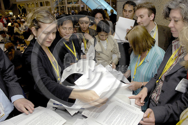 Brussels-Belgium - 22 June 2007---European Council, second day of the summit under German Presidency; here, journalists occupying the copy machine / queueing up for copies---Photo: Horst Wagner/eup-images