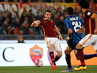 Calcio, Serie A: Roma vs Inter. Roma, stadio Olimpico, 19 marzo 2016.<br /> Roma's Alessandro Florenzi, left, in action during the Italian Serie A football match between Roma and FC Inter at Rome's Olympic stadium, 19 March 2016. The game ended 1-1.<br /> UPDATE IMAGES PRESS/Riccardo De Luca