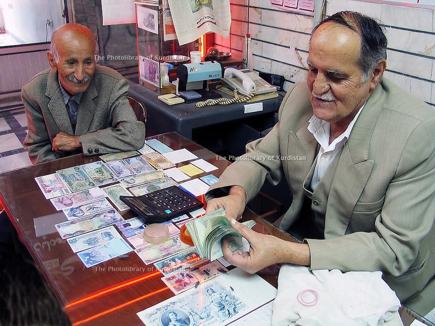 Iran 2004<br /> Sanandaj: le changeur de devises<br /> Iran 2004<br /> Sanandaj: in a bureau de change<br /> .ئیران سالی 2004  سنه ، دراوگوره وه