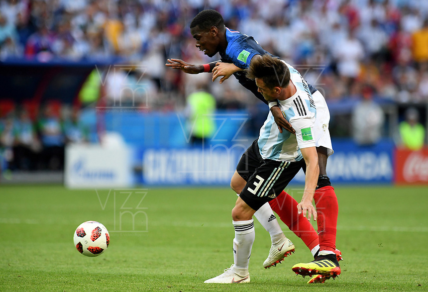 KAZAN - RUSIA, 30-06-2018: Paul POGBA (Izq) jugador de Francia disputa el balón con Nicolas TAGLIAFICO (Der) jugador de Argentina durante partido de octavos de final por la Copa Mundial de la FIFA Rusia 2018 jugado en el estadio Kazan Arena en Kazán, Rusia. / Paul POGBA (L) player of France fights the ball with Nicolas TAGLIAFICO (R) player of Argentina during match of the round of 16 for the FIFA World Cup Russia 2018 played at Kazan Arena stadium in Kazan, Russia. Photo: VizzorImage / Julian Medina / Cont