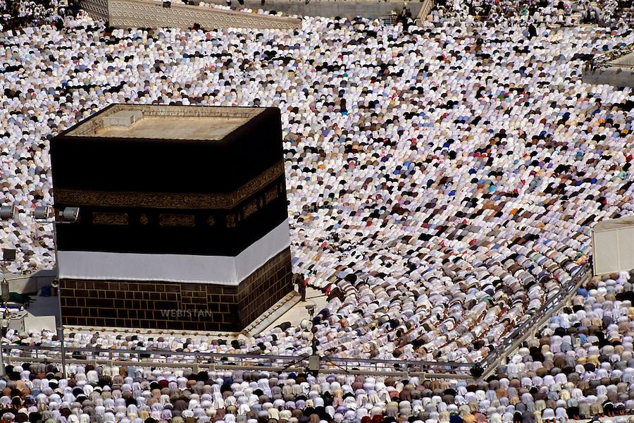 2003. Pilgrims pray around the Kaaba within the Masjid Al-Haram mosque in Mecca. Des pélerins prient autour de la Kaaba dans l'enceinte de la mosquée Masjid Al-Haram à La Mecque.