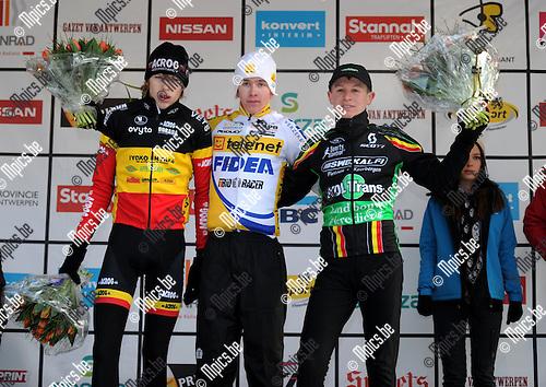 2012-02-04 / Veldrijden / seizoen 2011-2012 / Lille - Nieuwelingen / Het podium met Gianni Van Donink (winnaar, midden), Yannick Peeters (L, 2e) en Thijs Aerts (r, 3e) ..Foto: Mpics.be