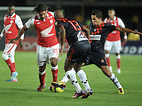 BOGOTA - COLOMBIA-11-05-2013: Gerardo Bedoya (Izq.) jugador del Independiente Santa Fe disputa el balón con Ruben Bustos (Cent.) y Alejandro Mahecha (Der.) de Boyaca Chico F.C., durante partido en el estadio Nemesio Camacho El Campin de la ciudad de Bogota, mayo 11 de 2013. Independiente Santa Fe y Boyaca Chico F.C., durante partido por la fecha 15 de la Liga Postobon I. (Foto: VizzorImage / Luis Ramirez / Staff). Wilder Medina (L) player of Independiente Santa Fe fights for the ball with Ruben Bustos (C) and Alejandro Mahecha (R) from Boyaca Chico F.C., during game in the Nemesio Camacho El Campin stadium in Bogota City, May 11, 2013. Independiente Santa Fe and Boyaca Chico F.C., during match for the round 15 of the Postobon League I. (Photo: VizzorImage / Luis Ramirez / Staff).