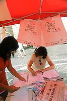 """Roma, 22 settembre 2011.Piazza del Pantheon.Inizio della campagna per i diritti di cittadinanza """" L'italia sono anch'io""""..raccolta firme per il voto agli stranieri.."""