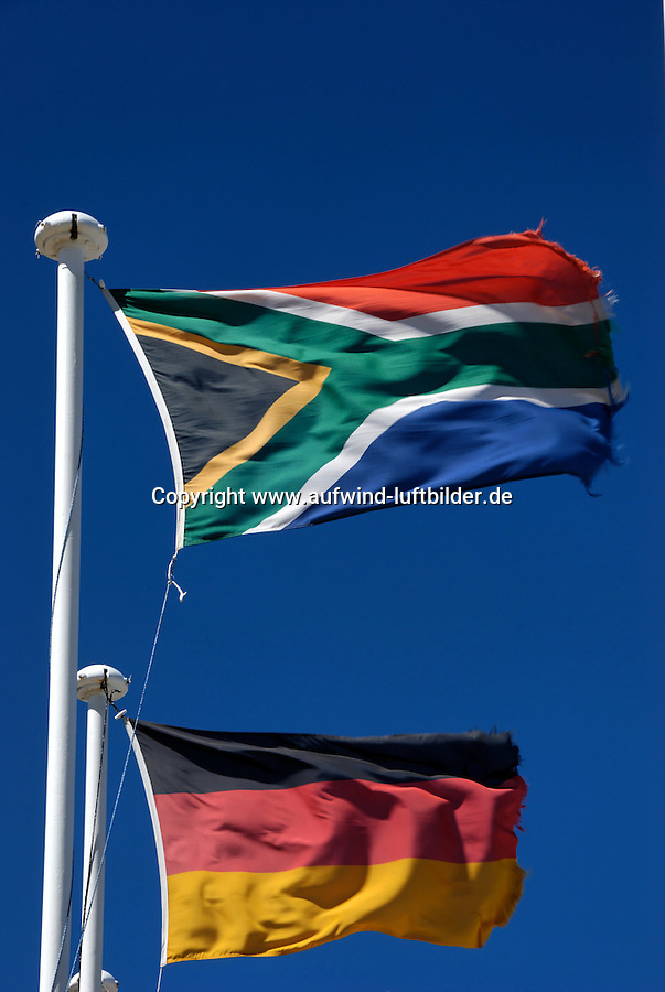 Suedafrika Deutschland: AFRIKA, SUEDAFRIKA, 18.12.2007: Flagge der Republik Suedafrika , Afrika, Suedafrika, Orange Free State, Gariepdam, Fahne, fahnen, Flagge, Flaggen, Symbol, suedafrikanische, Nationalfahne, Nationalflagge, wehen, Mast, wehend, windig, Himmel, blau, blauer, Fahnenmast # africa, blue, bluer, breezy, contractions, drafty, ensign, ensigns, fattening, flag, flagpole, flags, flagstaff, heaven, mast, national flag, pylon, sky, south africa, symbol, tag, windily, windy, Deutschlandfahne, Flagge, Symbol, Nationalitaet, nationales Selbstbewusstsein, nationale Identitaet, Fahne, Nationalsymbol, Deutschtum, Nationalstolz, Deutsche, Fussballweltmeisterschaft in Suedafrika mit deutscher Beteiligung,  Aufwind-Luftbilder