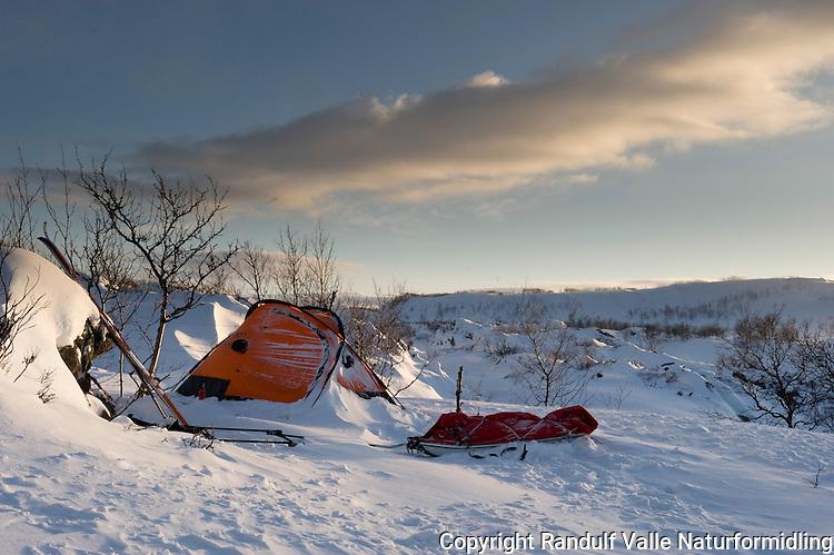 Teltleir på Laksefjordvidda en vintermorgen. ---- Tent at Laksefjordvidda a winter morning.